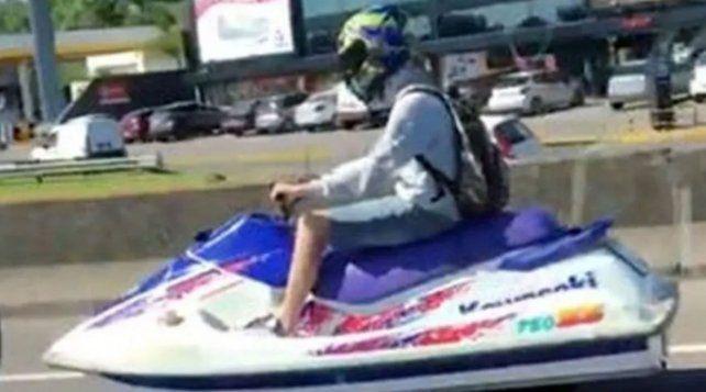 El joven transitaba como si nada la autopista en una moto de agua.