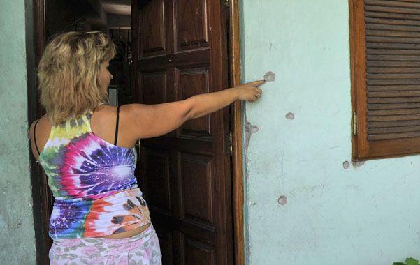 Impactos. Haydeé muestra el frente perforado de su casa de Génova 6954.