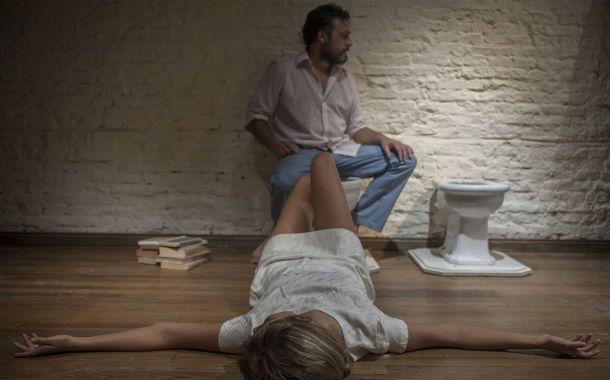 Entre el inodoro y el bidet. Miguel Bosco y María Romano