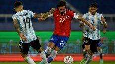 El inicio de la pelea. Ben Brereton hizo su debut oficial en la selección de Chile frente a la Argentina. (AFP)