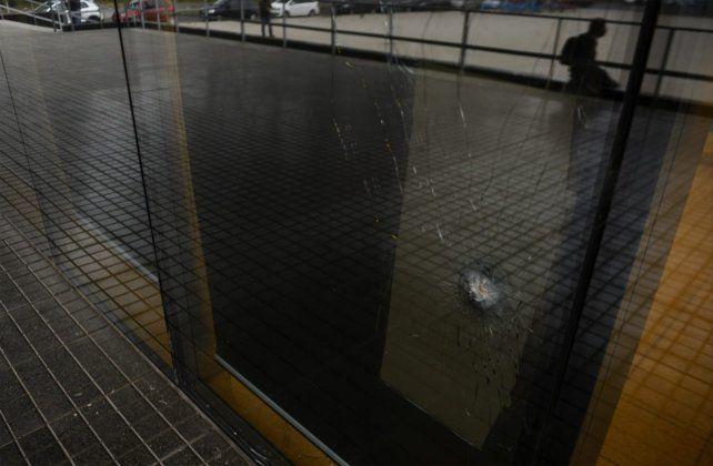 Uno de los impactos sobre el frente del Centro de Justicia Penal. El ataque fue alrededor de las 23.30 de este miércoles.
