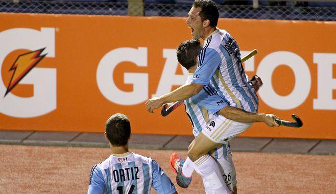 ¡Gol! Ibarra abrió el marcador y lo festeja sobre Mazzili. Se les suma Nacho Ortiz.