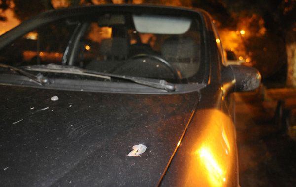 El auto del policía amenazado fue alcanzado en la trompa.
