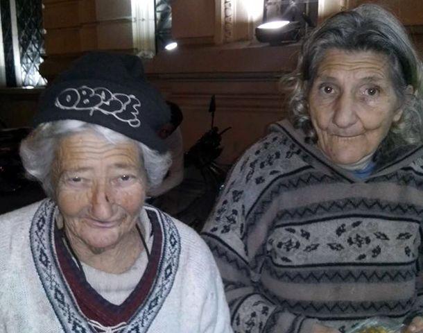 Elvira y Ana tienen 70 años y anoche pasaron un momento horrible en la terminal.