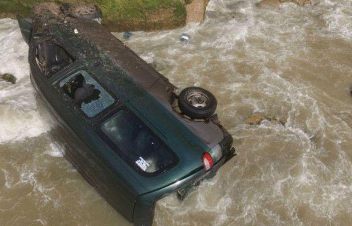 Un hombre murió y una mujer resultó tras caer en una camioneta por un acantilado