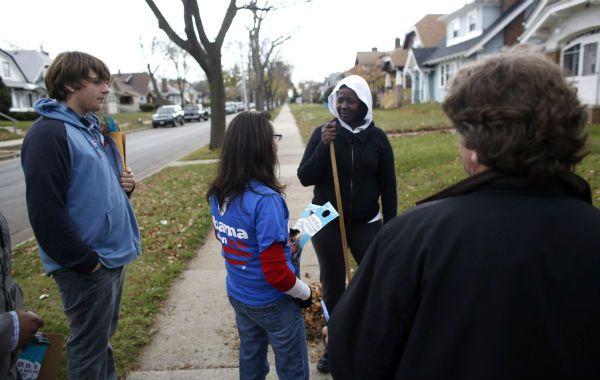 Voluntarios demócratas tratan de interesar a posibles votantes en Milwakee