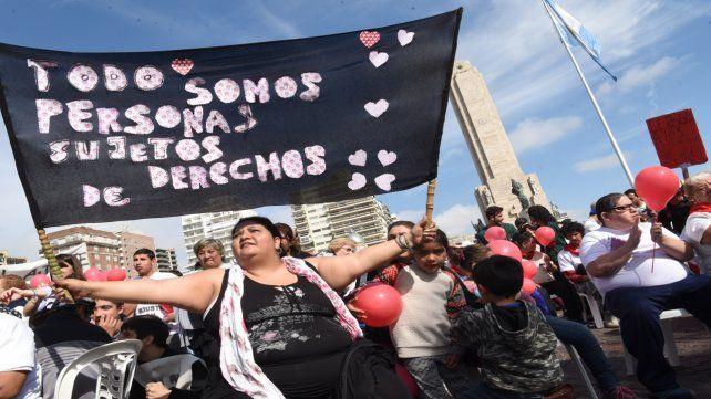 Multitudinaria. La marcha del jueves pasado congregó a miles de personas al pie del Monumento.