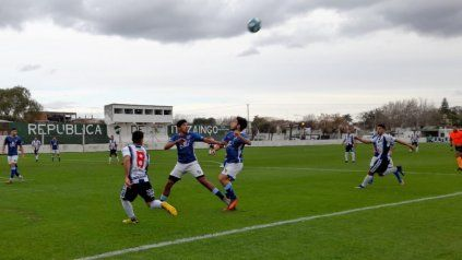 Disputado. Los salaítos Natanael Sánchez y Juan Benítez van en busca del balón ante la mirada del volante local Mauro Olivetti.