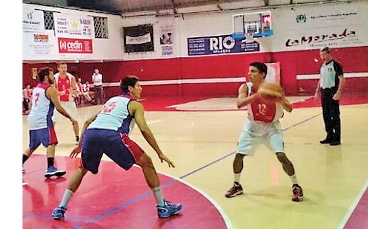En ataque. Martín Contino encara frente a la defensa visitante.