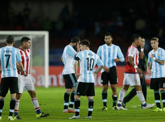 Los jugadores argentinos son la imagen de la decepción tras el agónico empate logrado por Paraguay. (Foto: AFP)