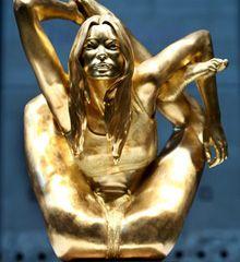Osada estatua de Kate Moss fue inaugurada en el British Museum de Londres