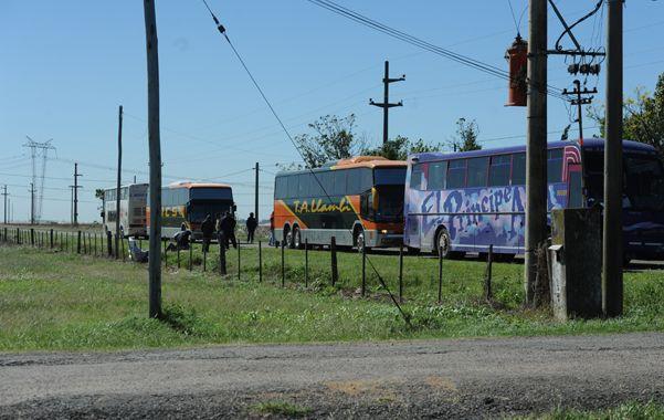 La escena de la tragedia. Los cuatro colectivos a poco más de un kilómetro del camping de Camioneros.