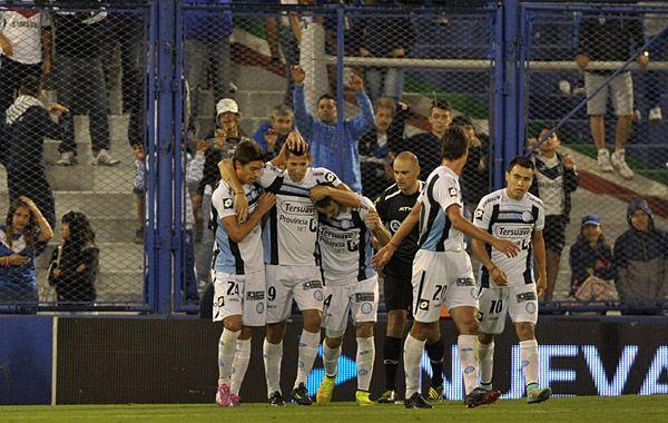 Los jugadores de Belgrano festejan el gol de Escudero