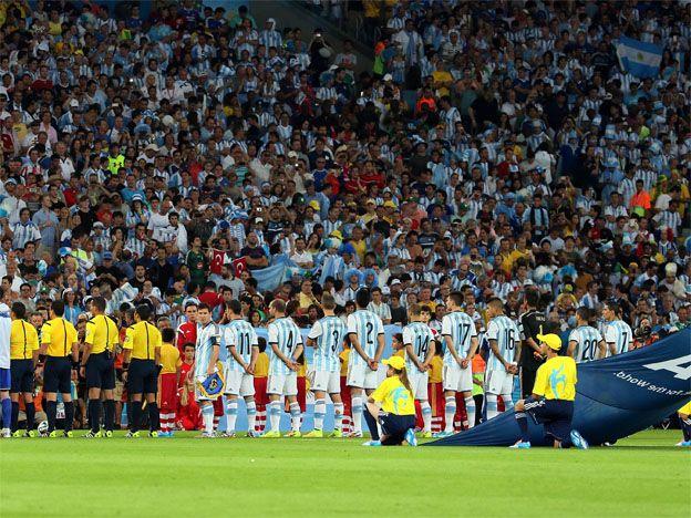 El video de la verdad: Messi saludó sin problemas a un niño en la previa