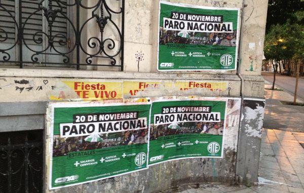 Afiches apoyando la medida gremial opositora aparecieron en paredes rosarinas.