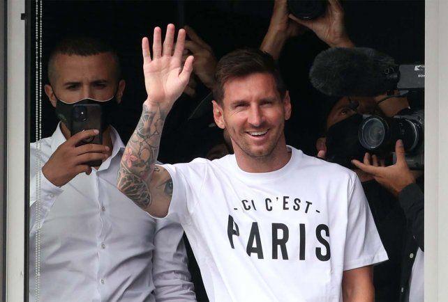 Lionel Messi llegó a París y fue recibido por los hinchas del PSG en el aeropuerto
