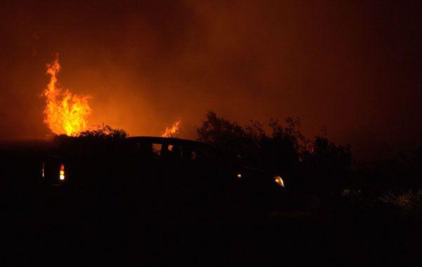 Imparable. El fuego afectó un frente de unos 20 kilómetros y dejó sin electricidad ni agua a una extensa zona.