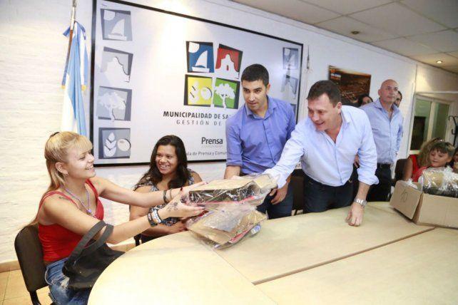 Utiles. El intendente Raimundo entregó a los estudiantes un kit escolar. Compromiso de acompañamiento.