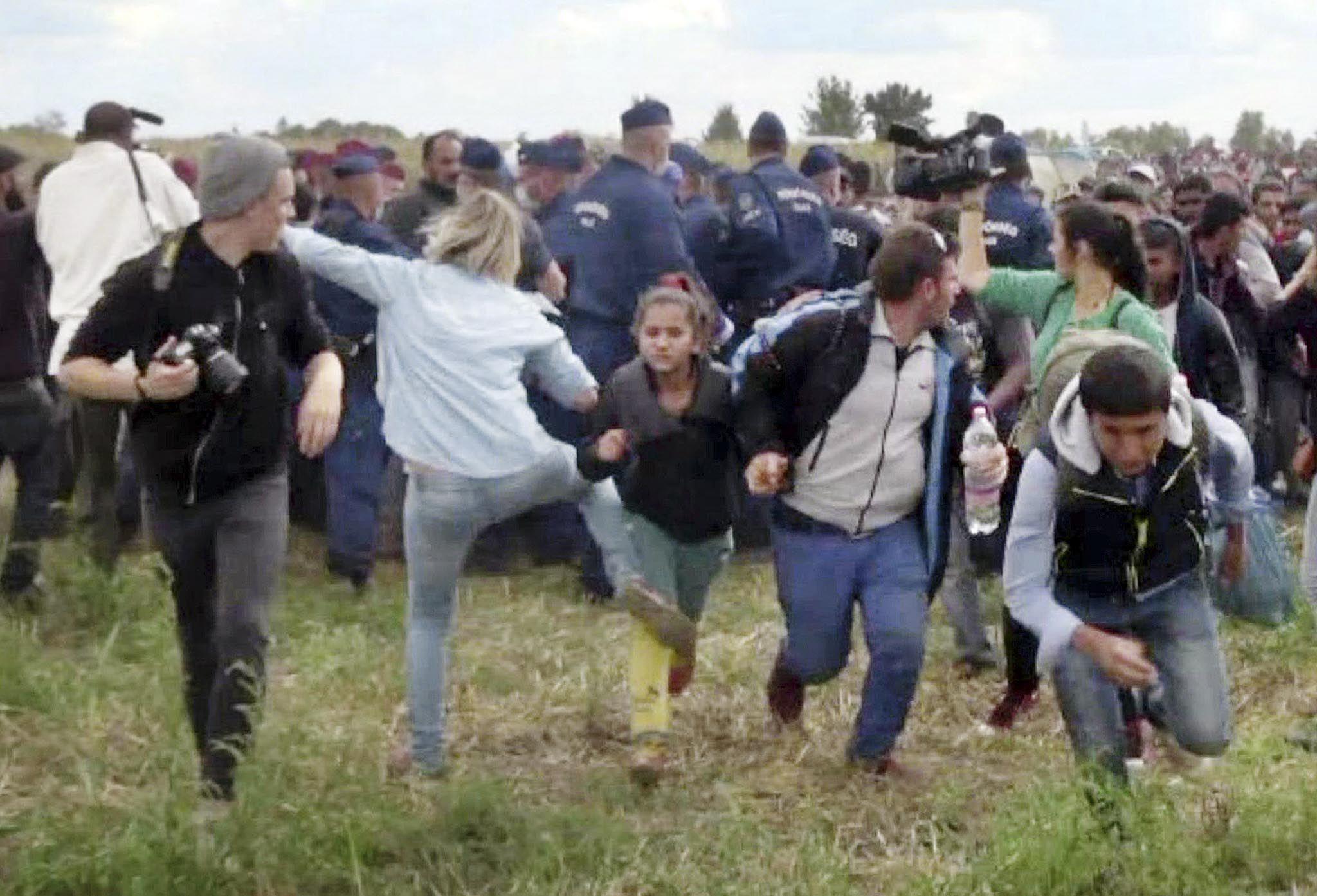 Indignante. La reportera de un canal húngaro que aplicó patadas y zancadillas a refugiados no se disculpó.