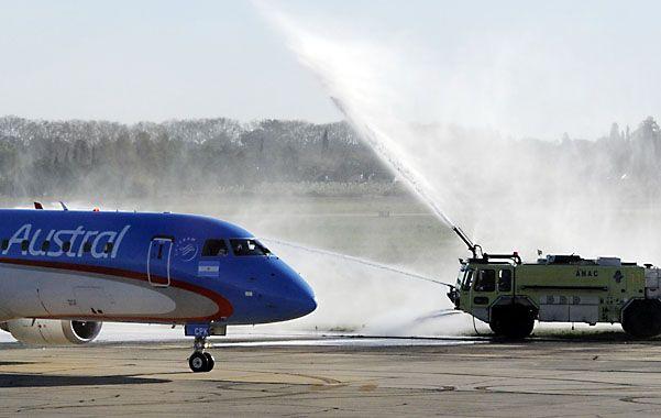 Inauguración. La tradicional ceremonia al debutar en agosto los vuelos a Iguazú.