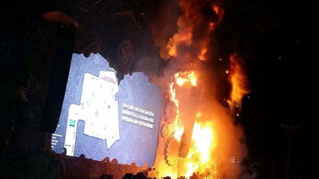 En llamas. Así se prendió fuego el escenario principal del festival musical en Barcelona.