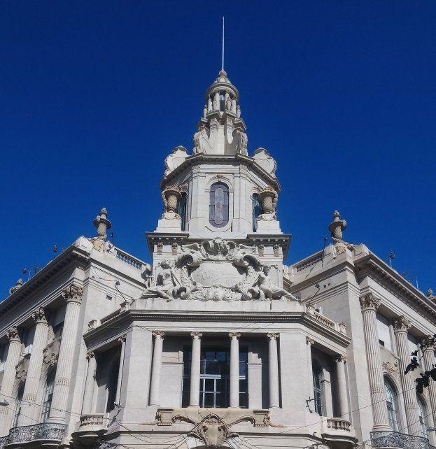 La imagen es actual y muestra la puesta en valor tanto de la cúpula como la de la fachada del emblemático edificio