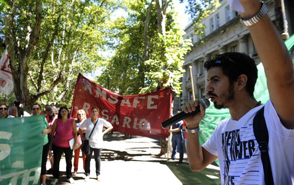 A viva voz. Los docentes rosarinos se manifestaron ayer en el centro de la ciudad. Hubo encendidos discursos.