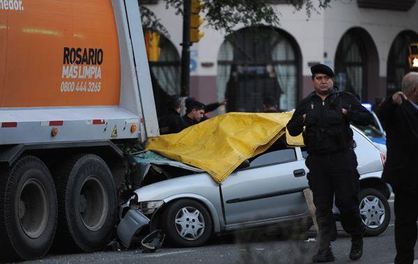 El Chevrolet Corsa se metió debajo del camión recolector de basura con un saldo trágico.