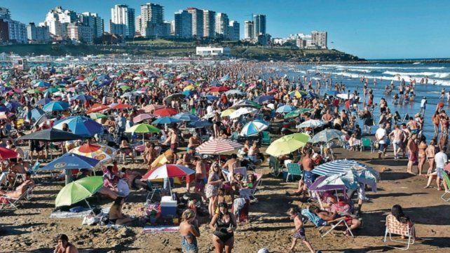 Repleta. Vista de la playa de Mar del Plata esta semana.
