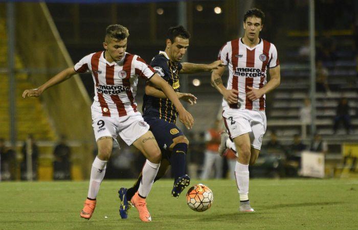Germán Herrera pelea por el balón. El canalla juega mejor y gana bien. (Foto: Leo Vincenti)