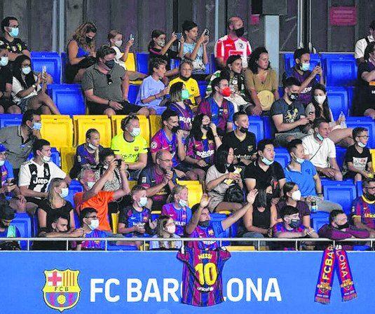 El domingo, pocas horas después del adiós en el primer partido sin Leo, hinchas blaugranas ovacionaron al rosarino, en el 3-0 a la Juve por la Copa Joan Gamper.