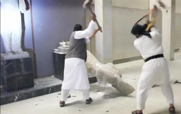barbarie. Los hombres del EI destruyen a martillazos una imagen asiria en el museo de Mosul.