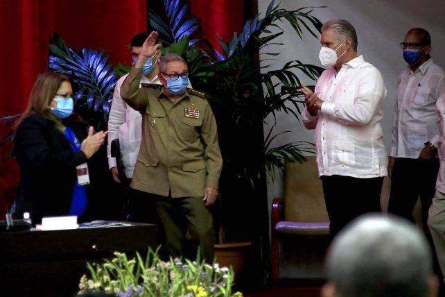 Adiós. Raúl Castro saluda a los integrantes del 8º Congreso del PCC. A su lado