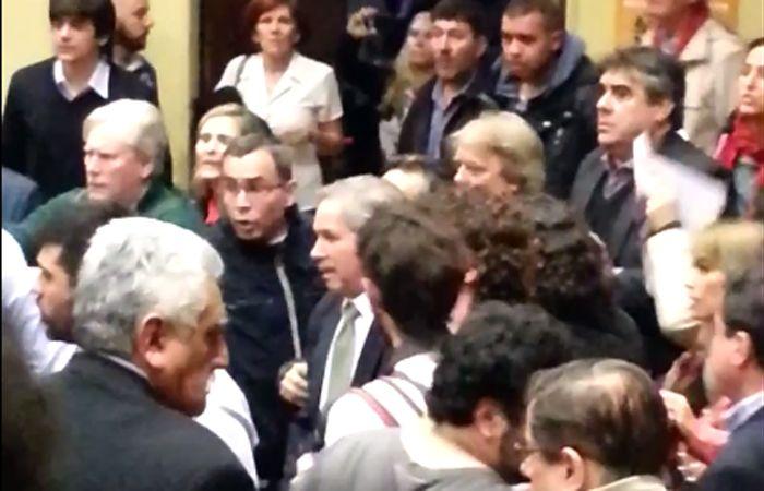 Solá esperó a que fueran desalojados los manifestantes para brindar su exposición.