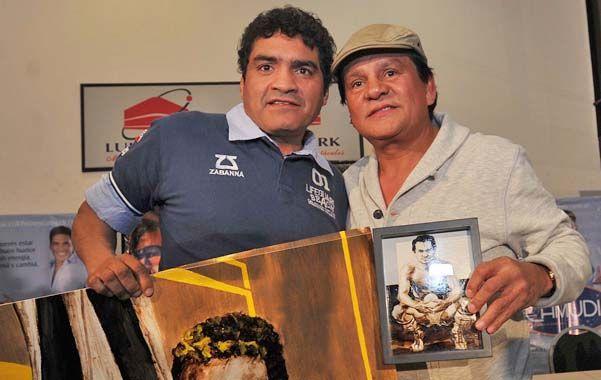 Juntos. Castro y Durán posan para la foto. Esta noche se encontrarán en el ring.