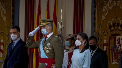 La pareja real junto al jefe del gobierno, Pedro Sánchez, durante el desfile militar en Madrid.