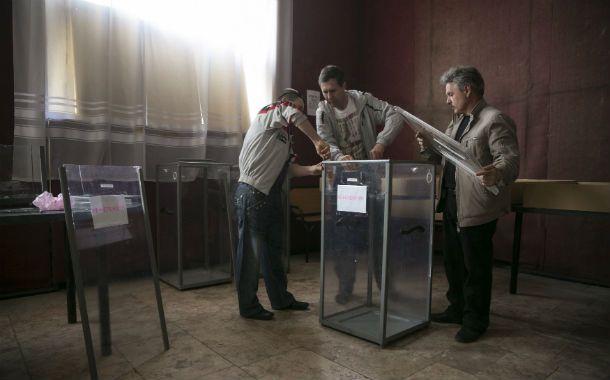 Preparativos. En la ciudad de Lugansk ayer armaban las urnas.