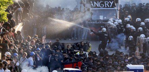 Disturbios. Policías de Hamburgo tratan de dispersar a los activistas.