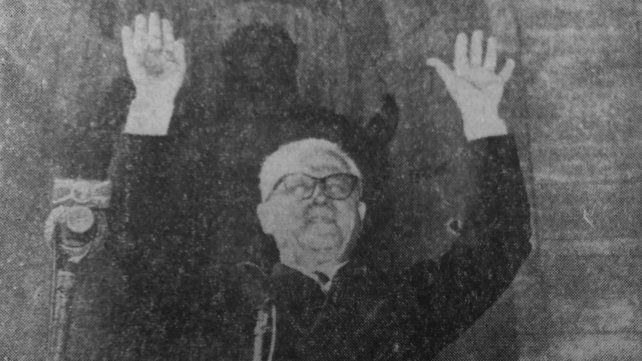 Gronchi saluda con los brazos en alto escoltado por las imágenes del Monumento a la Bandera.
