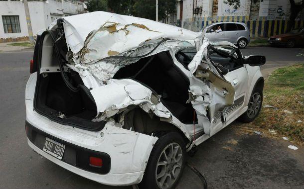 Elocuente. Así quedó el Fiat Uno en el que viajaban los jóvenes tras chocar en Pellegrini y Provincias Unidas. (Foto: S. Suárez Meccia)