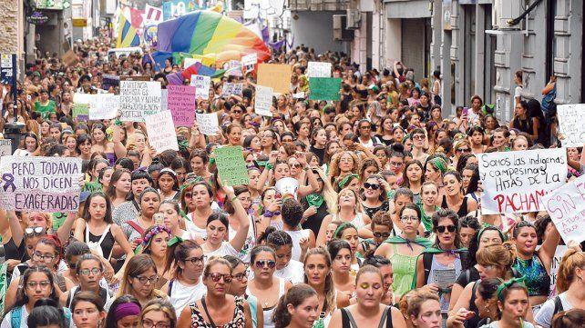 La marcha por el Día Internacional de la Mujer convocó a una impactante multitud en el centro rosarino