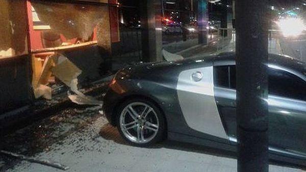 Así se estrelló un Audi R8  contra un hotel de Puerto Madero