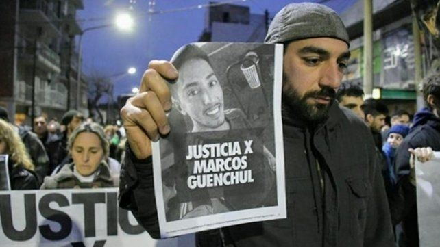 marcha. La familia de Marcos Guenchul hizo varios reclamos de justicia.