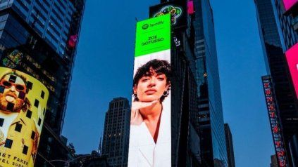 Zoe Gotusso en una marquesina de Times Square.