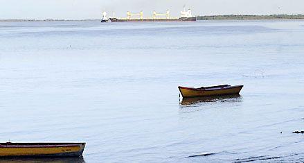 Arroyo Seco: sigue varado el buque liberiano y obstruye el paso de barcos