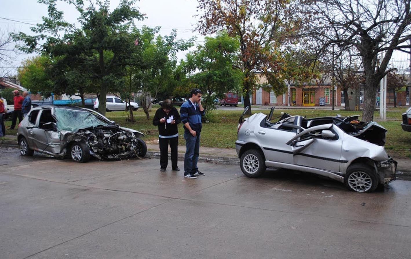 Destrozados. Los dos vehículos que chocaron de frente quedaron prácticamente irreconocibles.