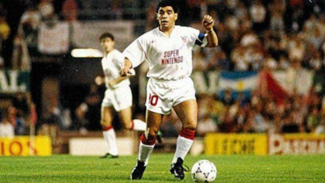 Maradona como capitán del Sevilla, entidad en la que jugó algunos partidos en las temporadas 1992/1993.