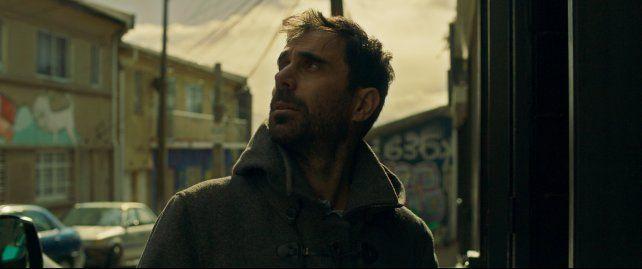 Esteban Menis interpreta a un ya no tan joven arquitecto que va a Chile por un congreso y termina en un viaje de autodescubrimiento.