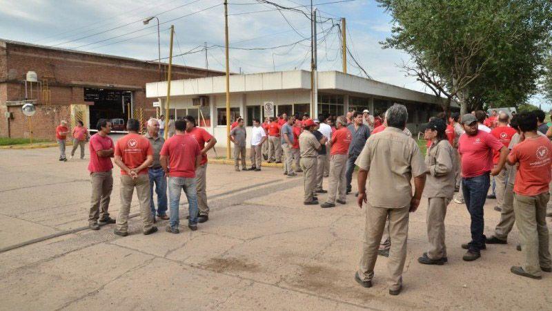 Obreros se movilizaron la semana pasada para reclamar sueldos atrasados y anticiparon medidas de fuerza si no hay solución al conflicto. (Gentileza Firmat 24)