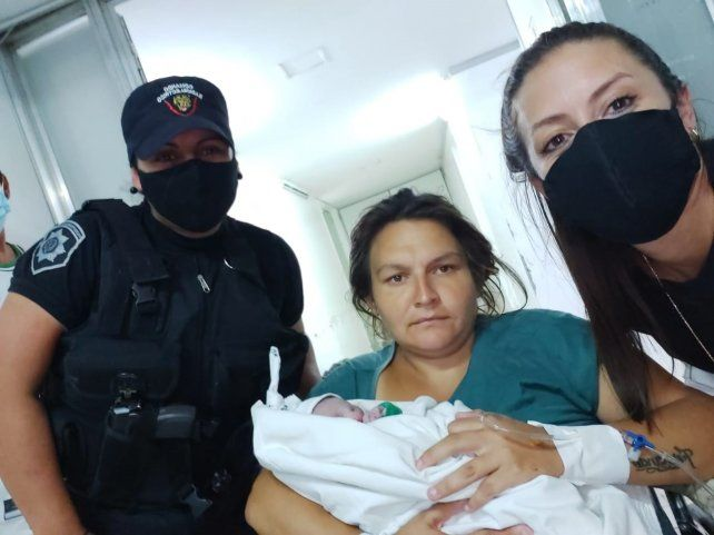 De policías a parteros: efectivos del Comando asistieron a una mujer en un parto